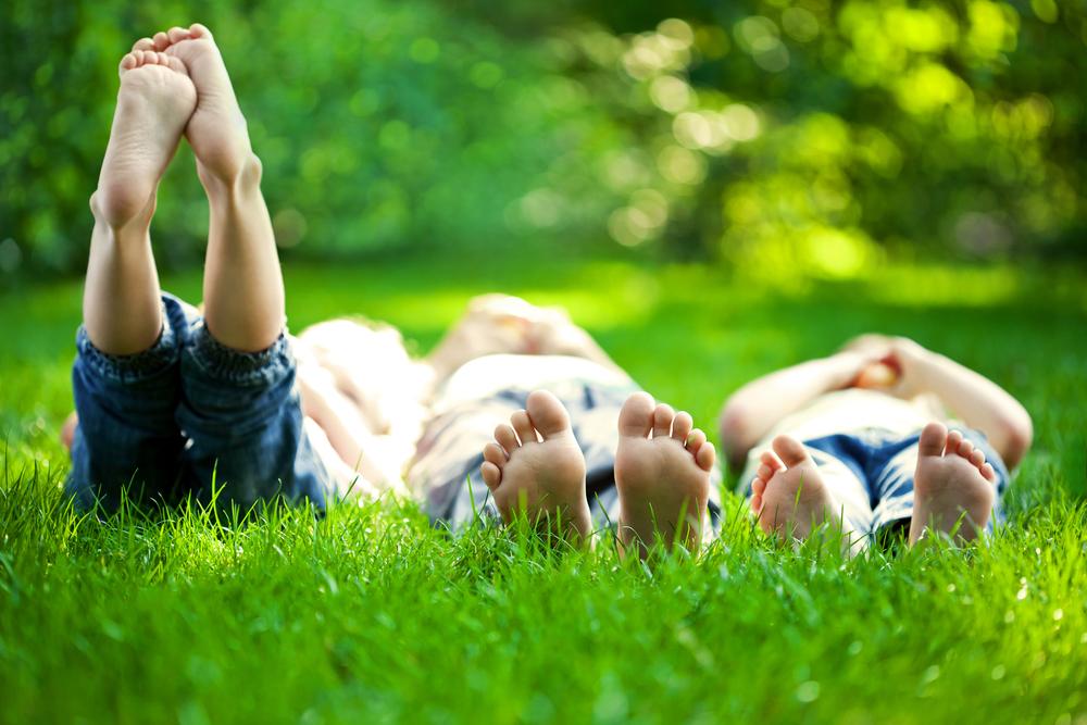 Kids_lie_grass_96137972