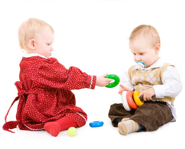 игри, бебе, 9 месеца, 12 месеца, музикални игри, израстване, стимулиране, неврони, синапси, развитие, дете