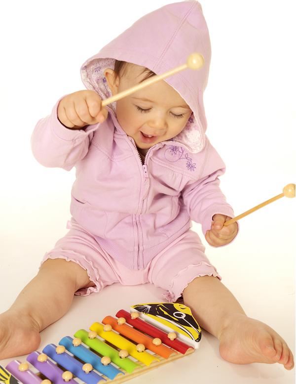 игри, бебе, 12 месеца, музикални игри, израстване, стимулиране, неврони, синапси, развитие, дете