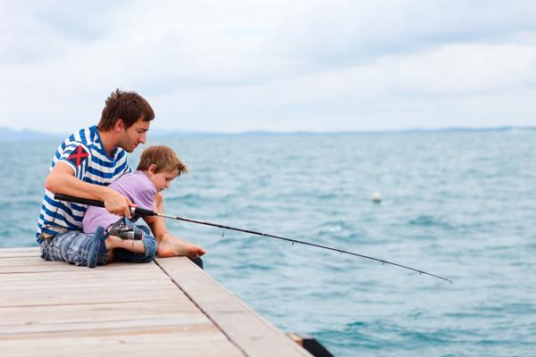 баща и син ловят риба