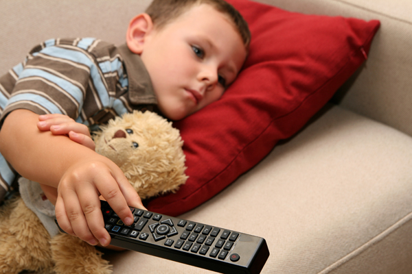 Дете гледа телевизия