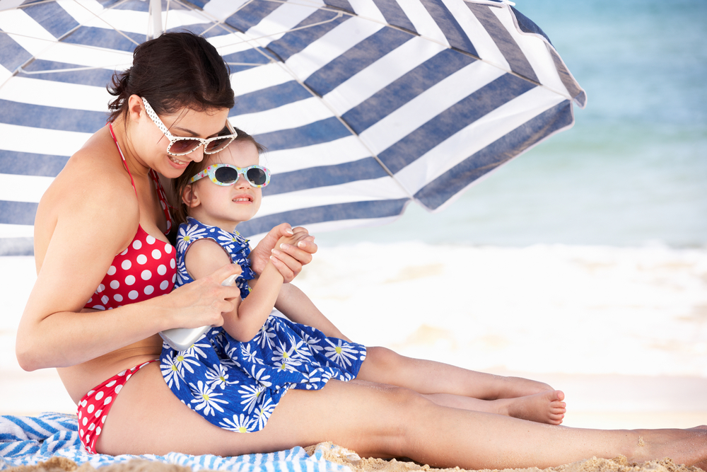 mom_kid_beach_umbrella