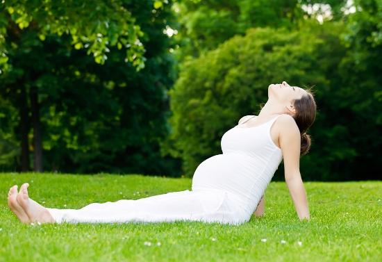pregnant woman-field-1_64124194