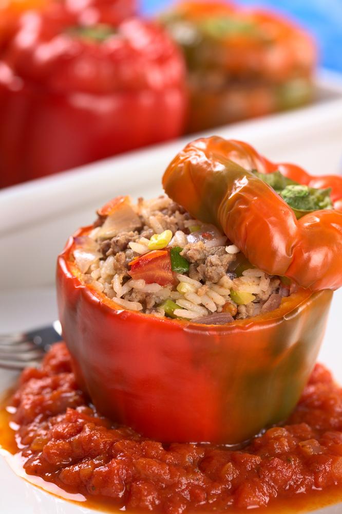 Фаршированные перцы с рисом и соусом песто в духовке