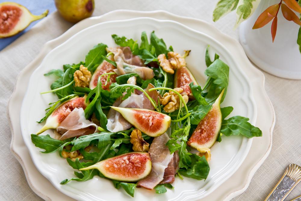 Салат с рукколой, прошутто и инжиром