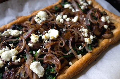Пирог со шпинатом, грибами и козьим сыром