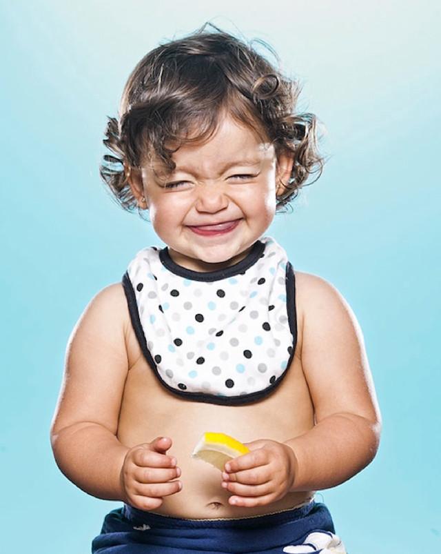 Как изглежда дете, вкусило лимон? Ето как!