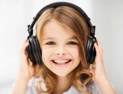 Каква е ползата от слушането на музика за малките деца?