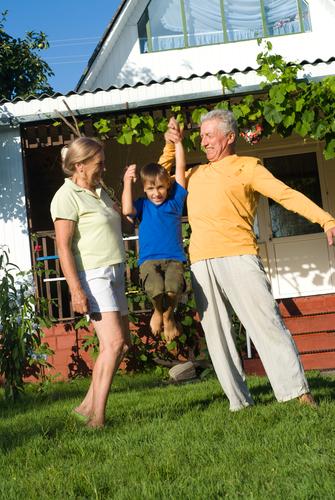 Нещата, които баба и дядо правят с добри намерения, но… вредят на внуците си