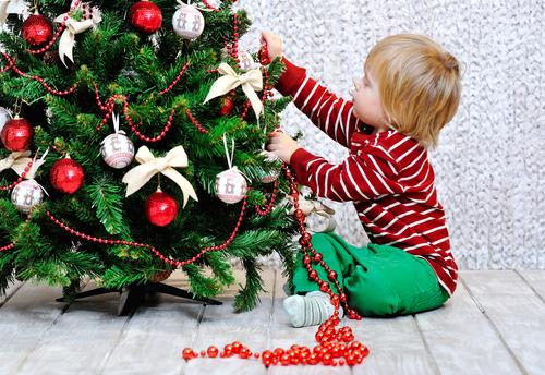 Коледната елха – как да направим украсяването й интересно за децата