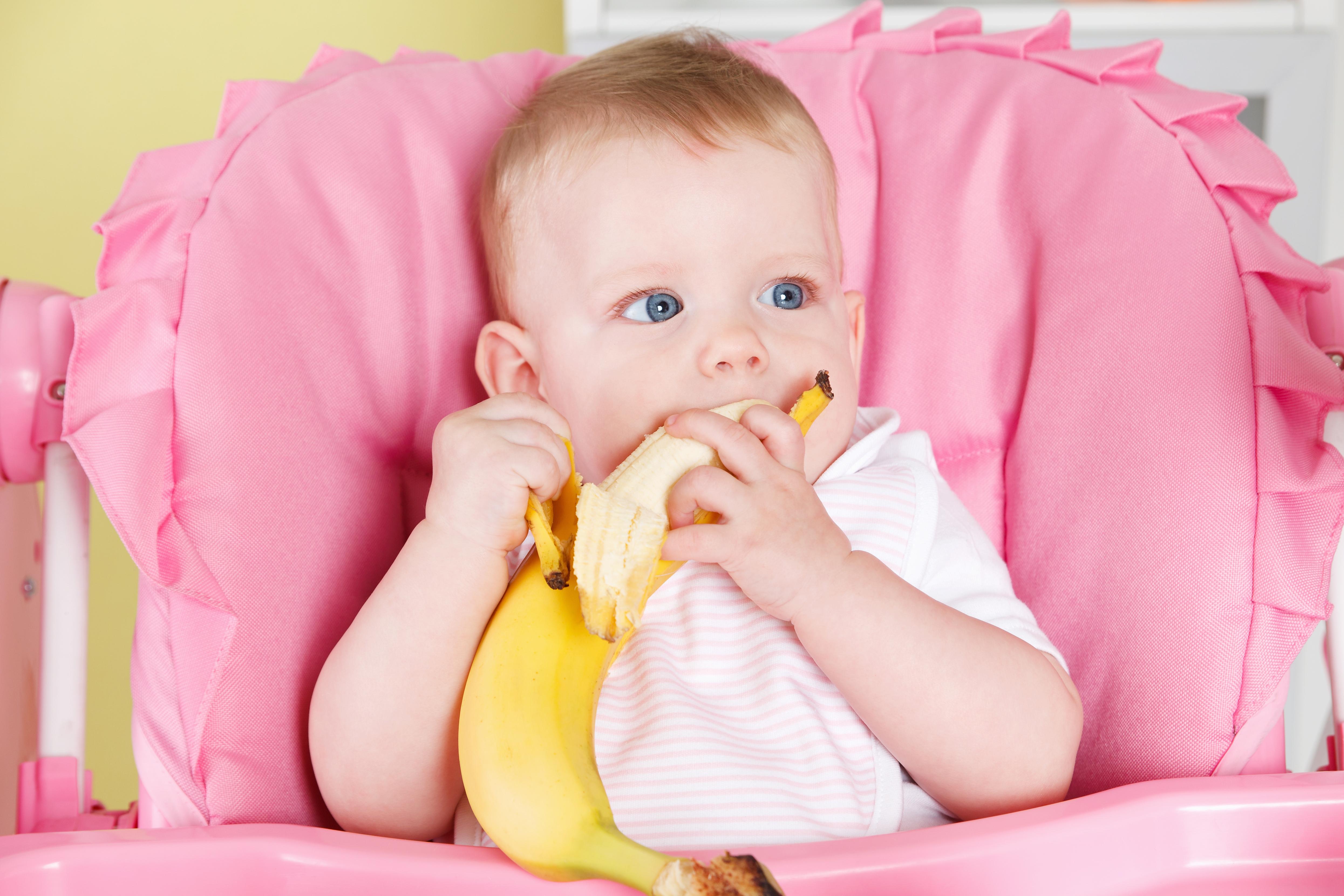 Бананите – идеални за захранване на бебето с твърда храна