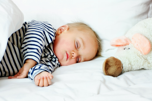 Кога бебето ще започне да спи по цяла нощ?