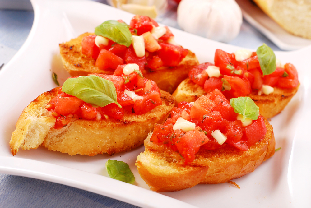 Брускети с домати и моцарела