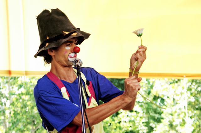 Децата трябва да бъдат възпитавани не от бавачки, а от клоуни!