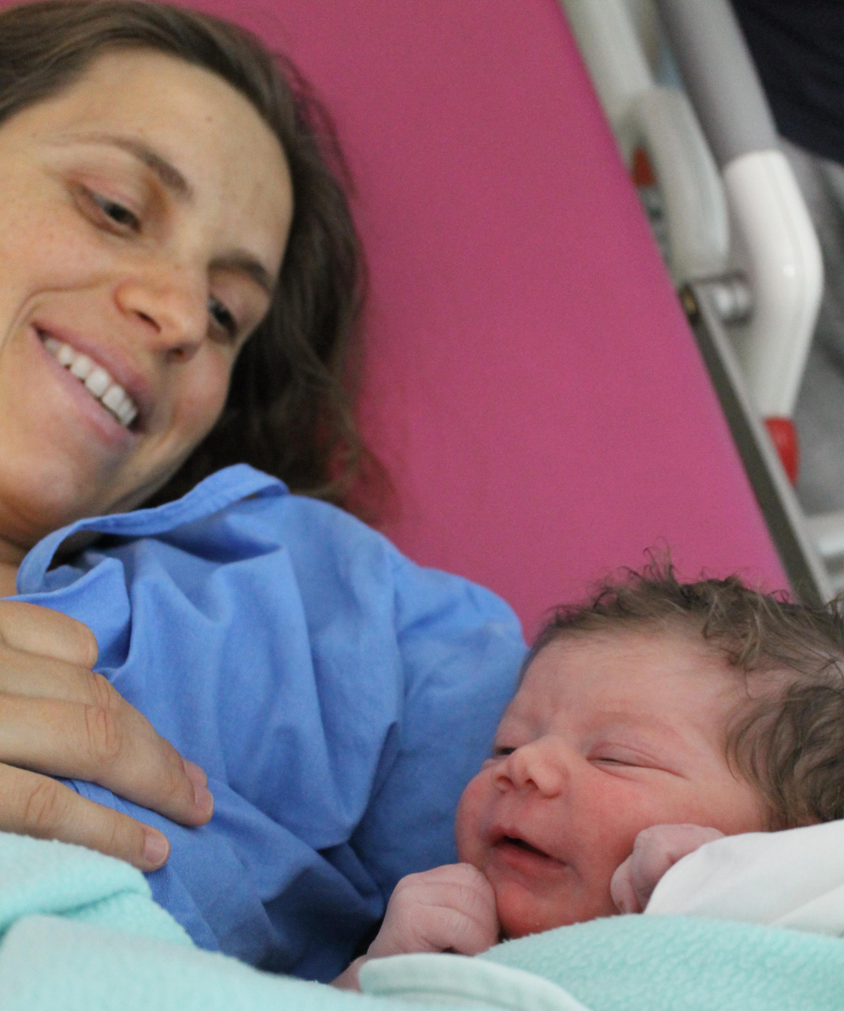 Водното раждане на Роси и Олга Дукат в ролята на акушерка