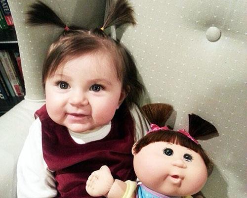 Любопитни фотографии на бебета, които изглеждат точно като своите кукли