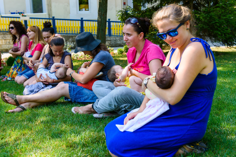 Голямото кърмене събра 19 майки в двора на Карин дом