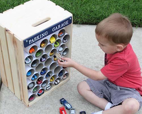 Хитра идея как да приберете количките на вашето момче
