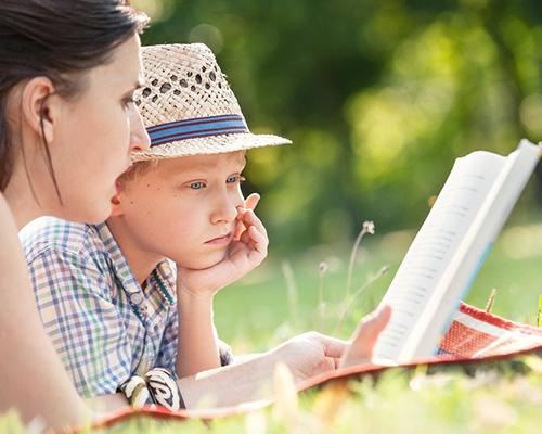 Четенето на глас – по-полезно за децата от разговорите с тях