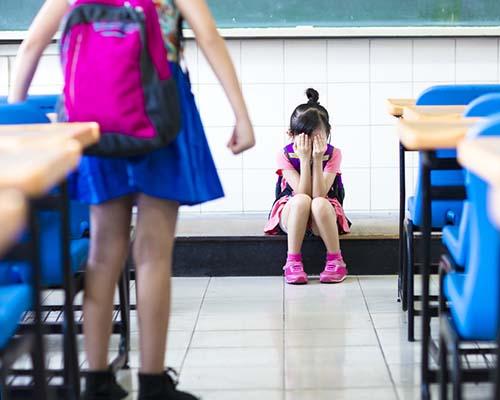 Детето се страхува от други деца: Какво да правя?