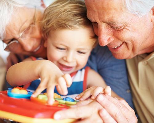 Бабите и дядовците са генетично програмирани да помагат