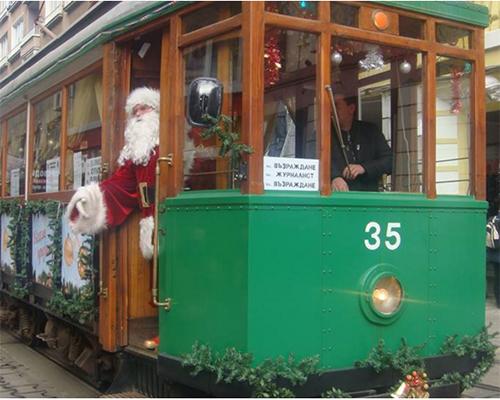 Коледен ретро трамвай радва децата в София