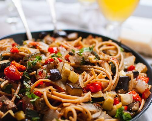 Пикантни зеленчуци с пълнозърнести спагети – повече зеленчуци, отколкото спагети!