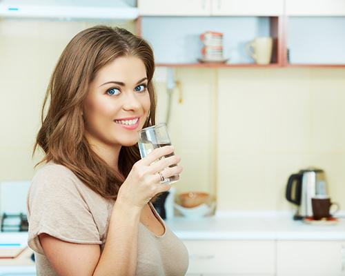 7 причини да пием топла солена вода всяка сутрин