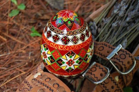 Великденските традиции и червеното яйце