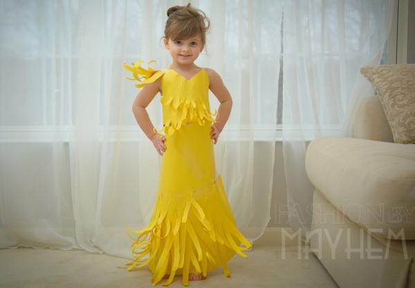 Уникални рокли от хартия прави 5-годишно момиченце