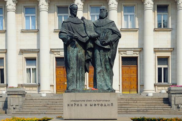 """Националната библиотека """"Св. св. Кирил и Методий"""" подарява едногодишни читателски карти за Коледа"""