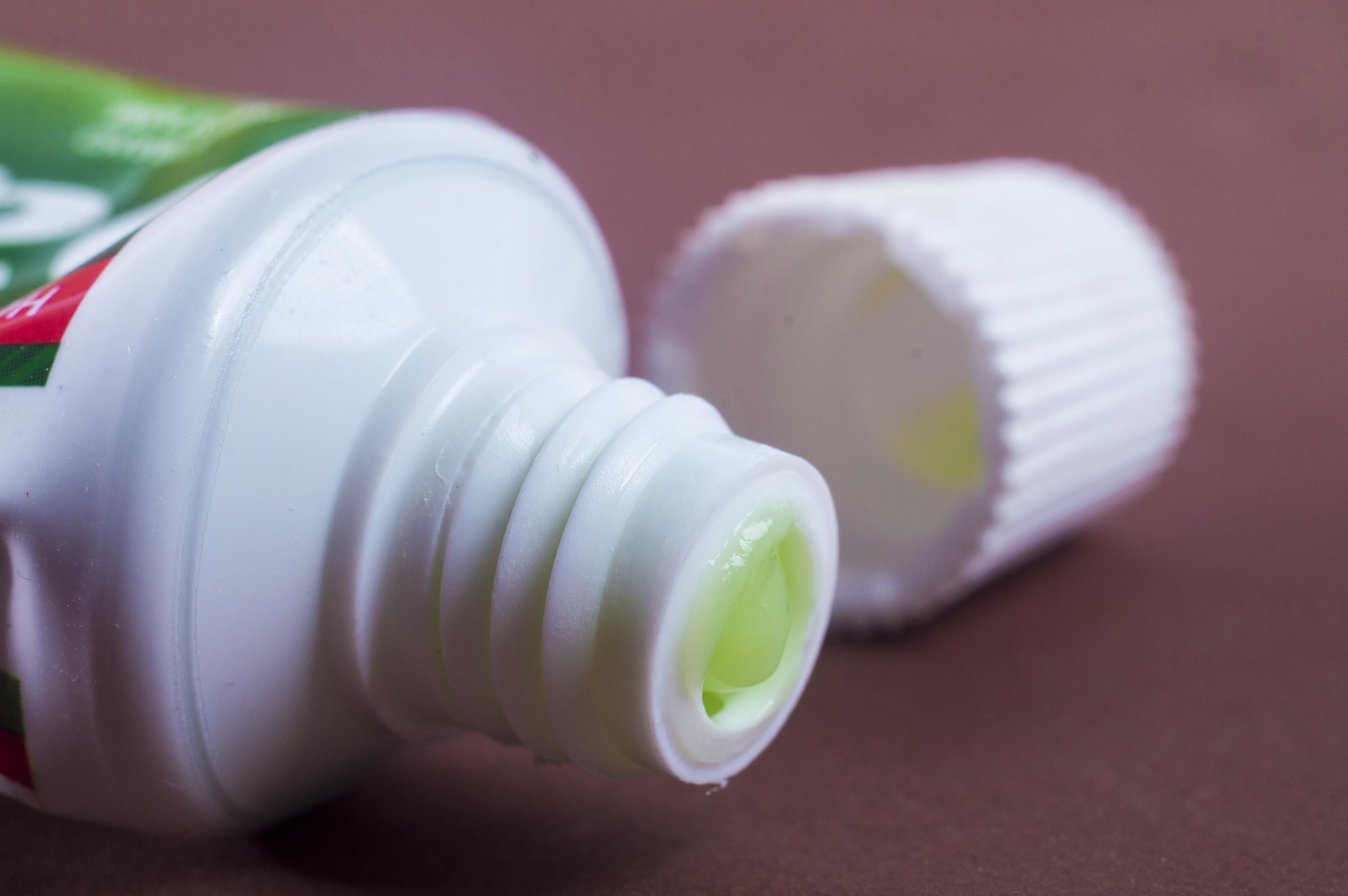 Пет бързи и изненадващи приложения на пастата за зъби в домакинството