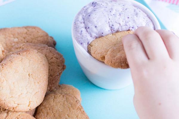 Домашни бисквити с топинг от плодово кисело мляко