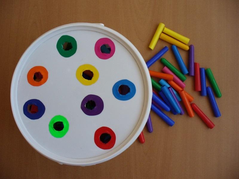 "Направи с мама: Игра ""Цветни капачки"""