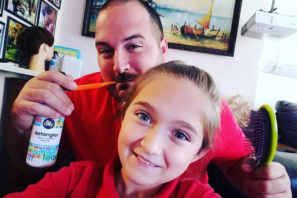 Самотен баща прави прически на дъщеря си и дава уроци