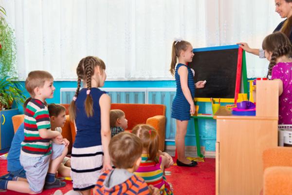 Въвеждат платено почасово обучение в общинските детски градини от тази есен