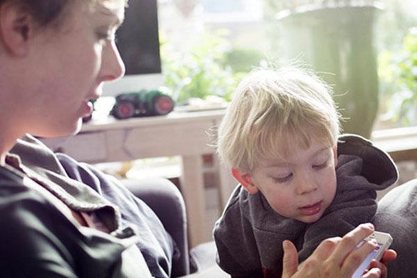Колкото повече време посвещавате на телефона си, толкова по-незначително се чувства детето ви