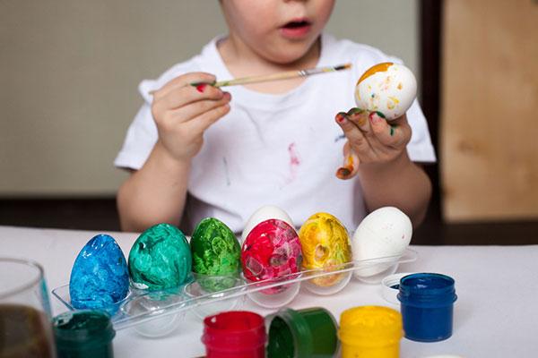 Една идея как да боядисаме яйцата, без да боядисаме децата и още седем интересни предложения