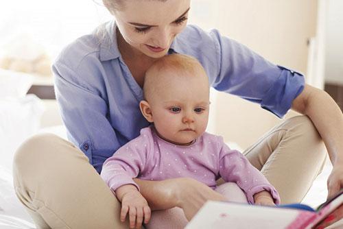 Майки и татковци четат утринни приказки на малчуганите в детската градина