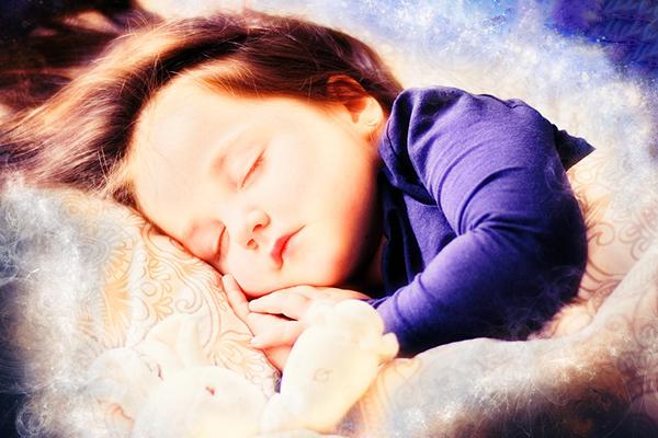 Защо бебетата и малките деца плачат по време на сън
