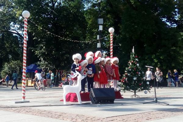 Деца пеят коледни песни посред лято