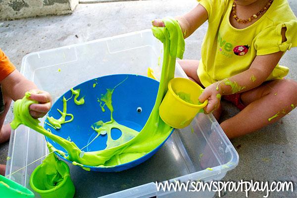 Нещо меко, пухкаво, лепкаво и слузесто, не е охлюв, нито медуза, но е идеално за игра с ръце