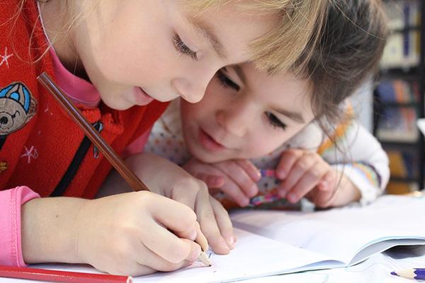 Кои класове ще са с удължена учебна година и какви промени ще има при ваканциите?