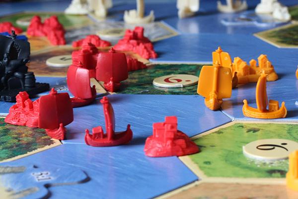 Семейни игри за студените дни: Катан – тактика, късмет и усет