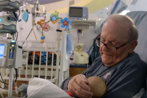 Как един възрастен мъж помага на недоносени бебета да оцелеят (видео)