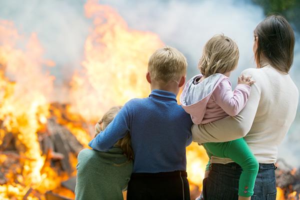Нужно ли е да говорим с децата за бедствията, тероризма и трагедиите