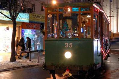 Коледният ретро трамвай на София се превръща в арт работилничка