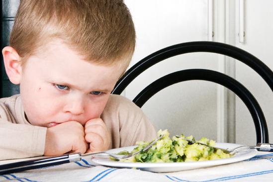 Грешките, които допускаме по отношение на храненето на децата (с най-добри намерения)