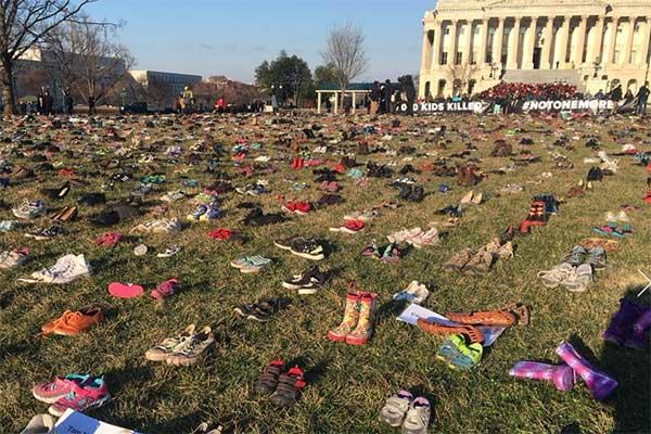 Наредиха 14 хиляди обувки на поляната пред Капитолия в памет на деца, загинали при престрелки
