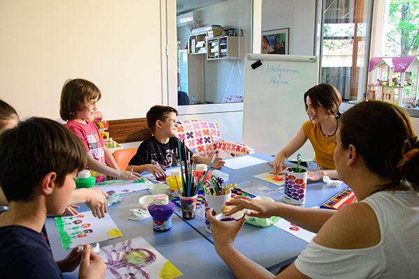 Специалисти с различни професии влизат в класните стаи като учители